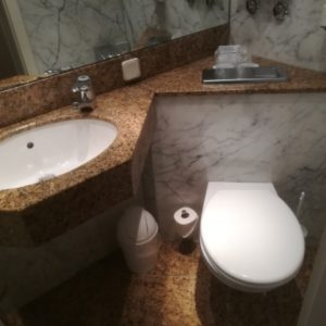 Das Badezimmer im Zimmer 216